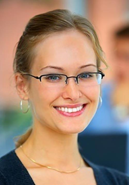Lachende Frau mit strahlend weißen Zähnen nach Bleaching