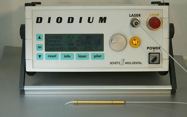 Nd:YAG Lasergerät bestehend aus Laserkopf und Konsole