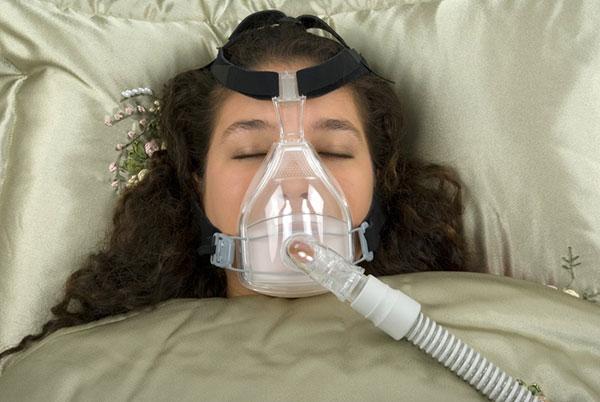 Als Alternative zur Schnarchschiene kann man ein umkomfortables Beatmungsgerät benutzten welche über das gesamte Gesicht gezogen werden muss