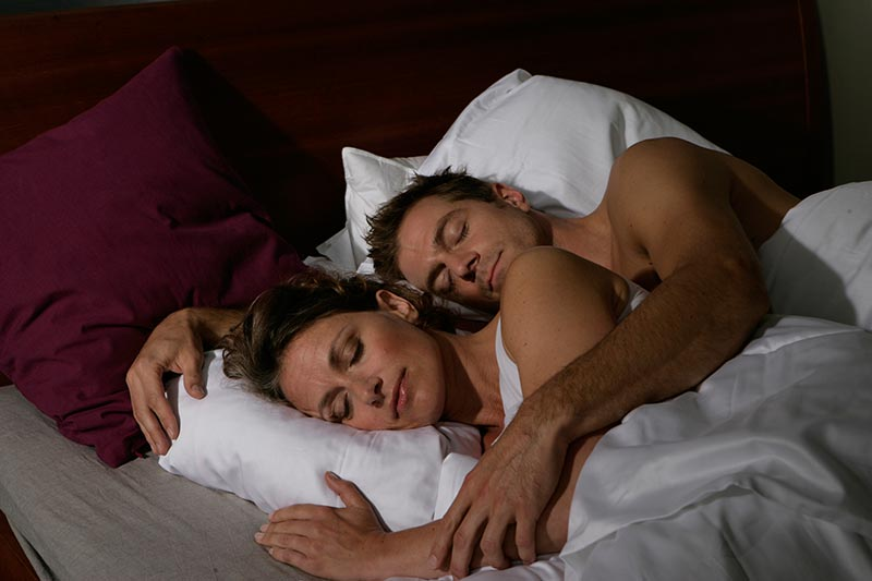 Ehefrau kann dank der Schranchschiene beruhigt neben Ihrem Mann schlafen
